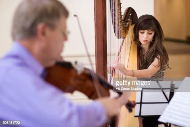 musicians playing together - pizzicare le corde di uno strumento foto e immagini stock