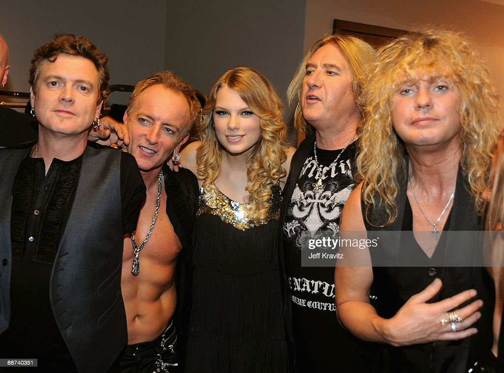 Musicians Rick Allen, Phil Collen, Joe Elliott and Rick Savage of Def Leppard poses with singer Taylor Swift (C) during the 2009 CMT Music Awards at the Sommet Center on June 16, 2009 in Nashville, Tennessee.
