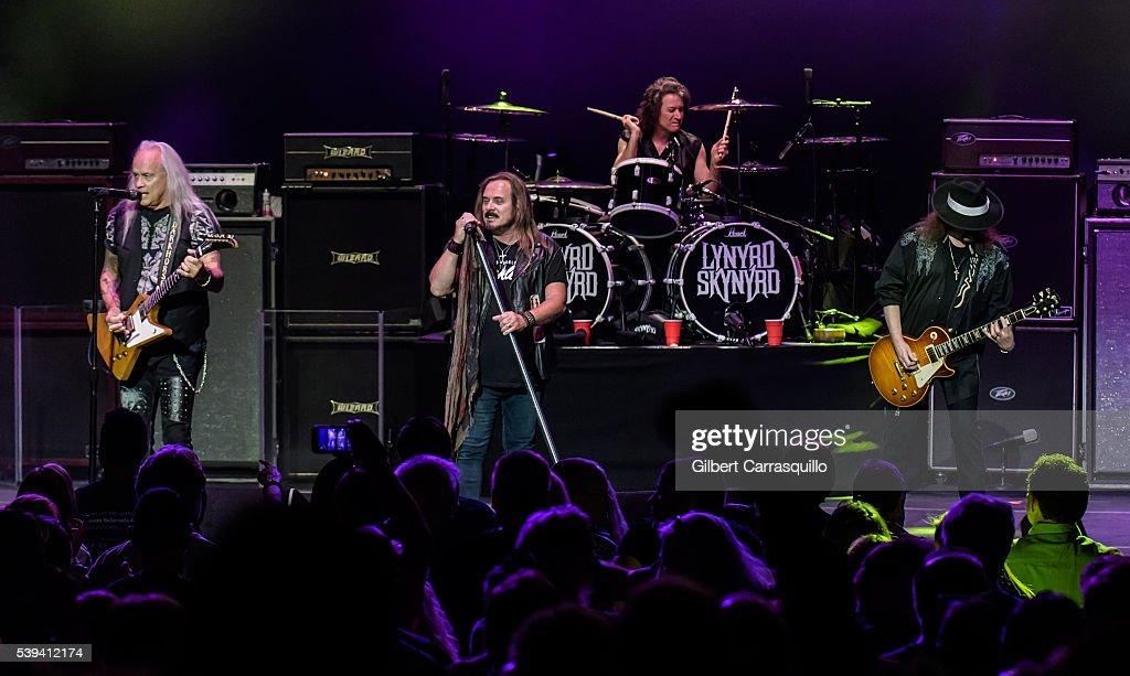 Lynyrd Skynyrd & Peter Frampton In Concert - Philadelphia, PA : News Photo