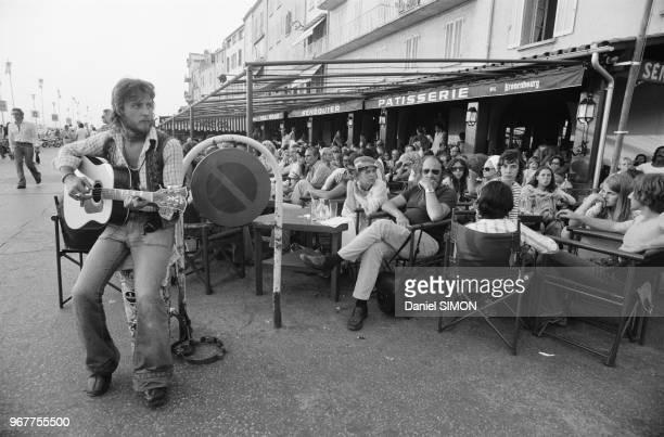 Musicien de rue sur le port de saintTropez en juillet 1974 France