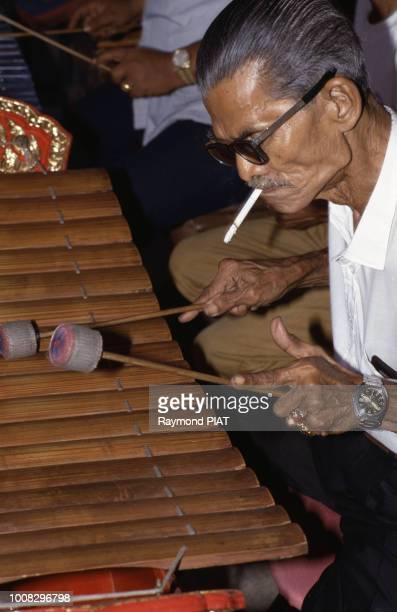 Musicien jouant du xylophone en Thaïlande