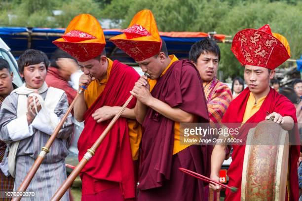 musiciens au festival du feu, au bhoutan - marie ange ostr�� photos et images de collection