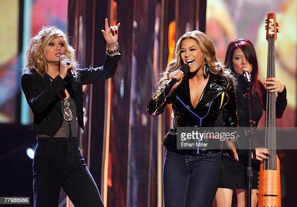 Musiican Jennifer Nettles from the band Sugarland performs with singer Beyonce Knowles during the 2007 American Music Awards held at the Nokia...