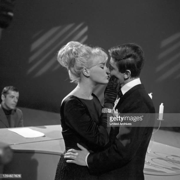 Musik aus Studio B, Musiksendung, Deutschland 1963, Gaststar: Elke Sommer, Rex Gildo, links Moderator Chris Howland am Flügel.