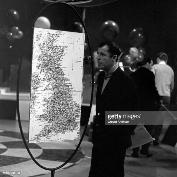Musik aus Studio B, Musiksendung, Deutschland 1966, Moderator Chris Howland mit einer Karte von Großbritannien.