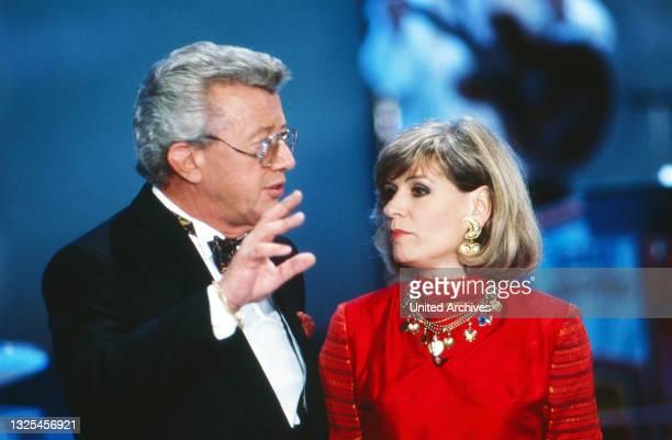 Musik liegt in der Luft, Sendereihe mit Musikwünschen, Deutschland 1990 - 1998, Moderator Dieter Thomas Heck mit Schlagersängerin Mary Roos(.