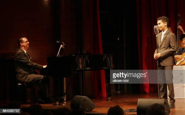 Musiker Andrej Hermlin und sein Sohn David aufgenommen im Berliner Theaterclub im Renaissance Theater in Berlin