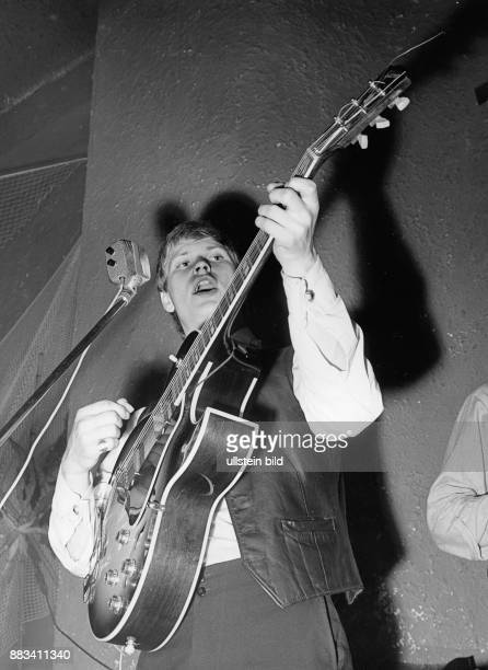 * Musiker D spielt Gitarre mit den Rattles im StarClub in Hamburg 1964
