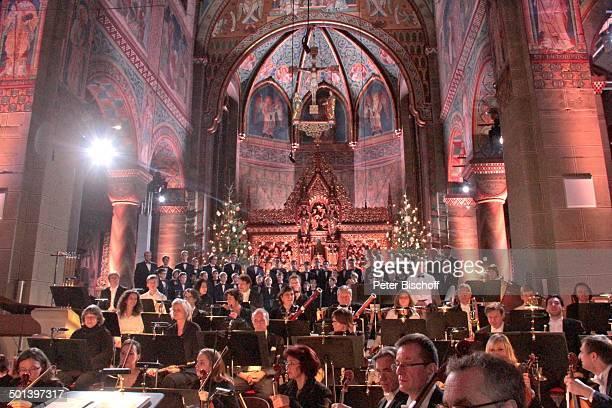 Musiker Die Philharmonie BadenBaden dahinter Aurelius Sängerknaben Aufzeichnung zur ZDFSendung Alle Jahre wieder Weihnachten mit dem...