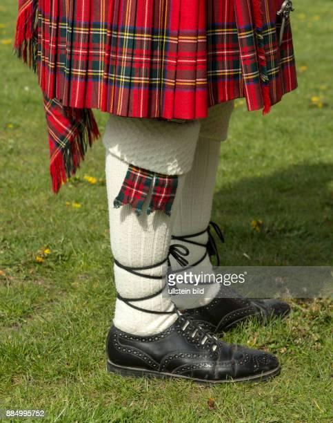 Musiker in traditioneller schottischer Kleidung eroeffnen vor dem Gebaeude der Staatskanzlei den Tag der offenen Tuer in der Thueringer Staatskanzlei...