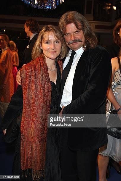 """Musiker Leslie Mandoki Und Ehefrau Eva Bei Der """"United People Charity Night Zugunsten Von Power Child E.V."""" Im Hotel Bayerischer Hof In München Am..."""