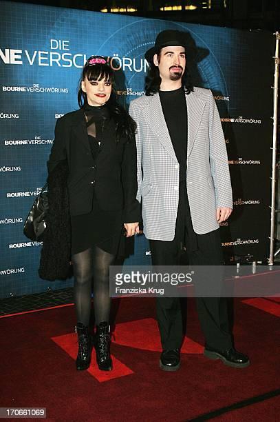 """Musikerin Nina Hagen Mit Ihrem Ehemann Rocco Anders Bei Ankunft Zur Kinopremiere """"Die Bourne Verschwörung"""" Im Cinestar Sony-Center In Berlin"""