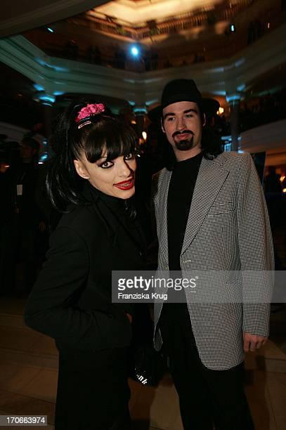 """Musikerin Nina Hagen Mit Ihrem Ehemann Rocco Anders Bei Der Aftershowparty Zum Film """"Die Bourne Verschwörung"""" Im Grand Western Hotel In Berlin"""