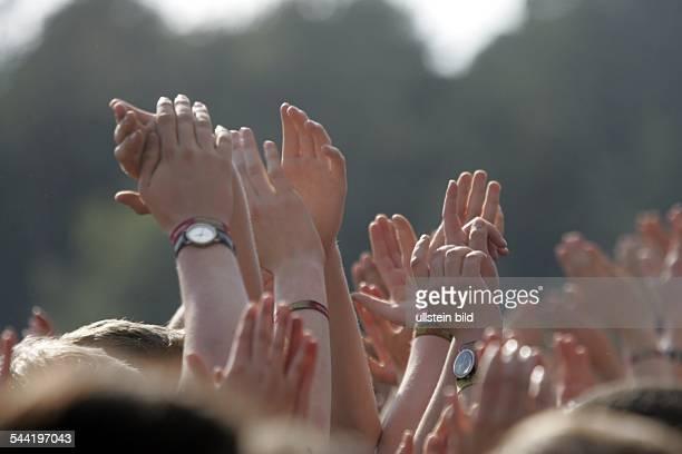 Musikfestival: Hurricane Open-Air Festival 2004 in Scheeßel in der Nordheide: Begeisterte Fans klatschen mit