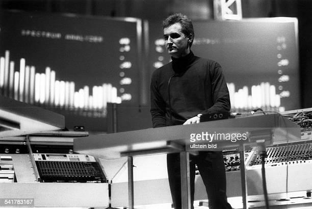 Musikgruppe; D- Wegbereiter des Electronic-Pop- der Mitbegründer der Gruppe, Fritz Hilpert , amSynthesizer-