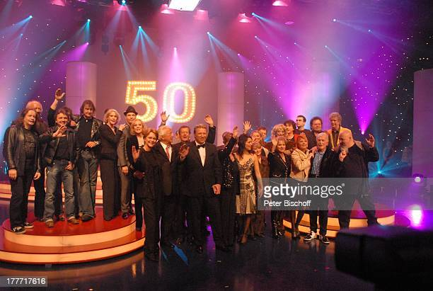 "Musikgruppe ""Die Puhdys"" mit Sänger Dieter Birr , Alice Kessler , Zwillingsschwester Ellen Kessler , dazwischen Roger Cicero , Ramona Leiß,..."