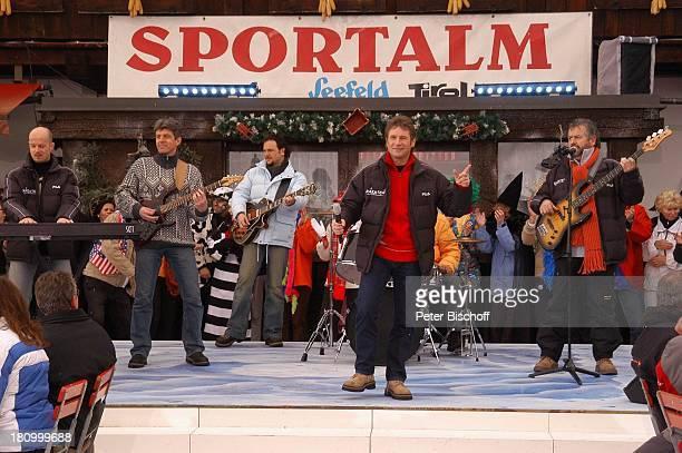 Musikgruppe Nockalm Quintett ZDFShow Hüttenzauber Seefeld/Tirol/Alpen/ sterreich Auftritt Bühne singen Musikinstrumente Winterjacke Mikrofon Sänger...