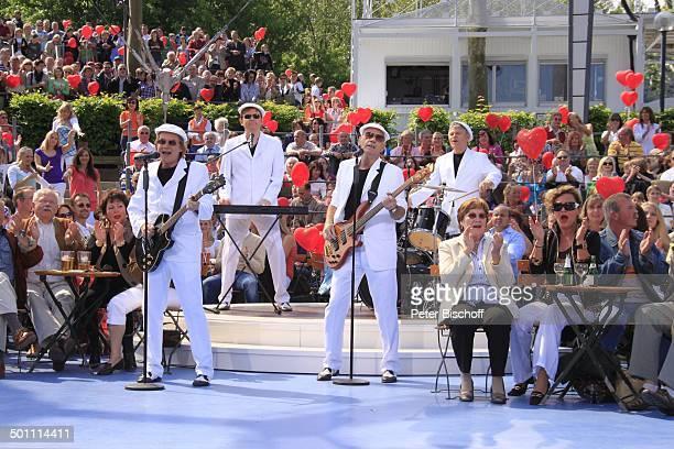 """Musikgruppe """"Rubettes"""", Publikum, ZDF-Sonntags-Show """"Fernsehgarten"""", Mainz, Rheinland-Pfalz, Deutschland, Europa, Bühne, Auftritt, Mikrofon, singen,..."""