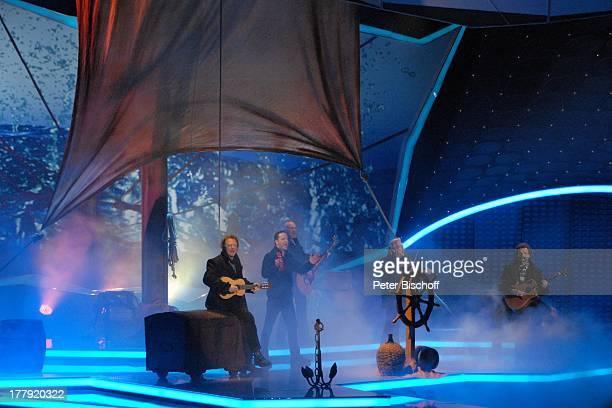 """Musikgruppe """"Santiano"""" , ZDF-Musikshow """"Willkommen bei Carmen Nebel"""", ; VB-Arena, Bremen, Deutschland, Europa, Auftritt, Bühne, Gitarre, Geige,..."""