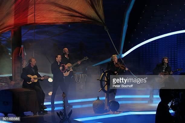 """Musikgruppe """"Santiano"""" , ZDF-Musikshow """"Willkommen bei Carmen Nebel"""", ÖVB-Arena, Bremen, Deutschland, Europa, Auftritt, Bühne, Gitarre, Geige,..."""
