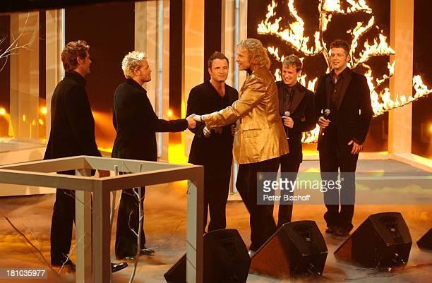 Musikgruppe Westlife Thomas Gottschalk ZDFShow Wetten dass Bremen Stadthalle Messehalle 5 Bühne Auftritt extravagant elegant goldene Jacke Interview...