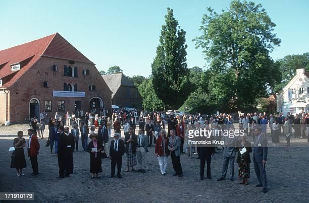 Musikliebhaber Beim Eröffnungsfest Des Schleswig Holstein Musik Festival In Der Konzertscheune Des Gut Altenhof