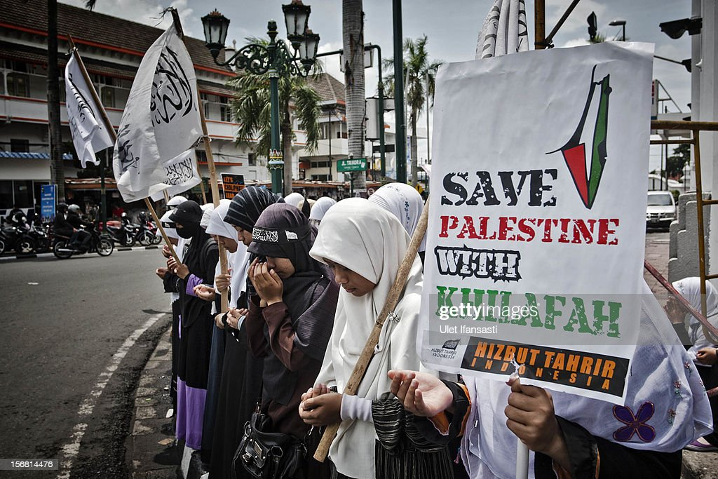 Muslim activists from Hizbut Tahrir Indonesia prays as protest during against the Israel and US governments as against Israeli air strikes on the Gaza Strip on November 21, 2012 in Yogyakarta, Indonesia. An official ceasfire started at 9pm local time between Israel and the Palestinian Hamas movement after eight days of conflict resulting in the deaths of over 140 Palestinians, five Israelis and many hundreds injured.