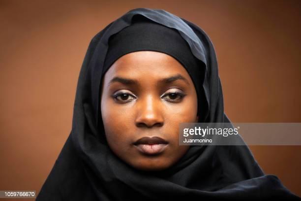 jovem negra muçulmana - imigrante - fotografias e filmes do acervo