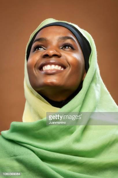 jeune noire musulmane - femme touareg photos et images de collection