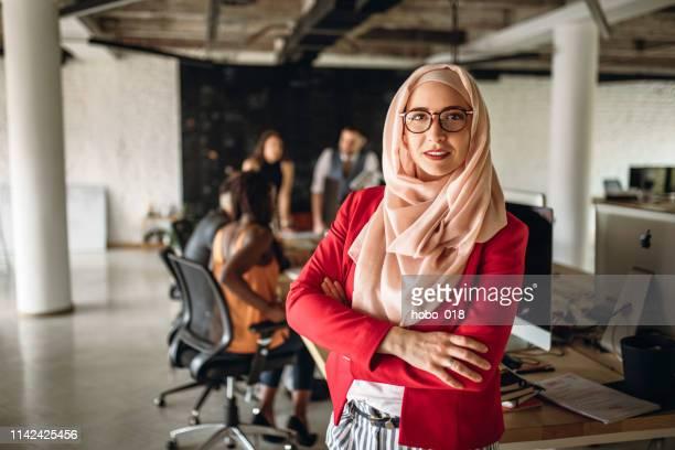 会議室でイスラム教徒のビジネスウーマン - 宗教的なベール ストックフォトと画像