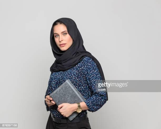 Moslim zakenvrouw houden een dagboek