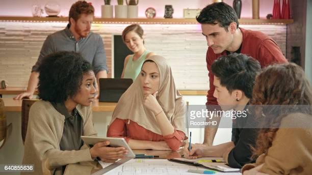 Muslimische Geschäftsfrau führt multiethnischen Team