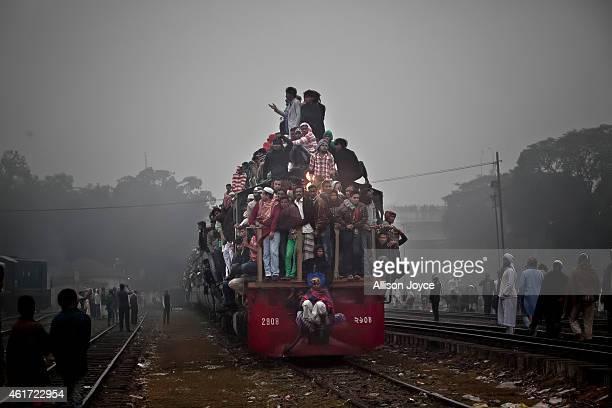 Muslim devotees arrive to Tongi on the last day of the annual Bishwa Ijtema on January 18 2015 in Tongi Bangladesh The Bishwa Ijtema is the second...