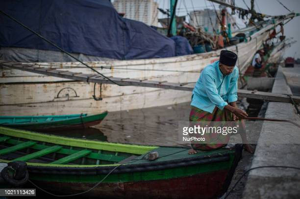 Muslim faithfuls arrive at Sunda Kelapa port in Jakarta as they arrive to attend an Eid alAdha prayer in the Indonesian capital August 22 2018 Eid...