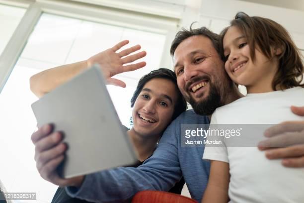 muslim family tablet video call - 僧衣 ストックフォトと画像