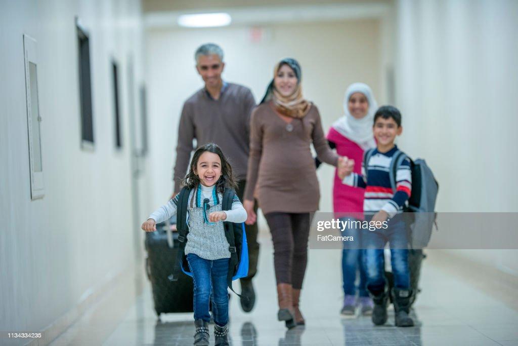 ムスリム家族が去るのを待っている : ストックフォト