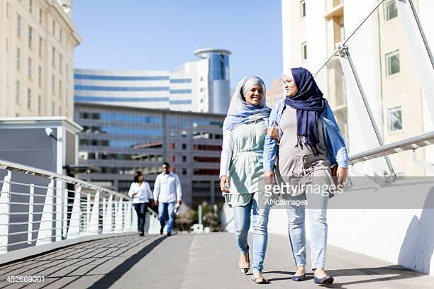 Muslimische Freunde für einen Spaziergang in Kapstadt.