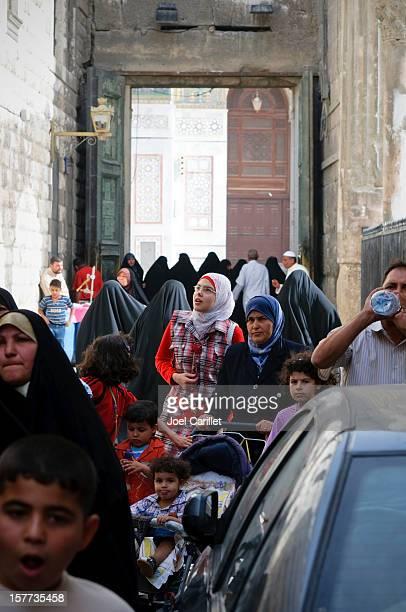 Muslimisches Mädchen nachschlagen auf Umayyad Mosque in Damaskus, Syrien