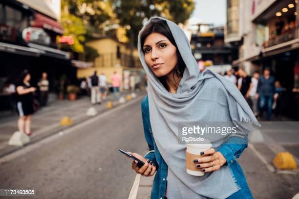 menina muçulmana que está na rua - etnia oriental - fotografias e filmes do acervo