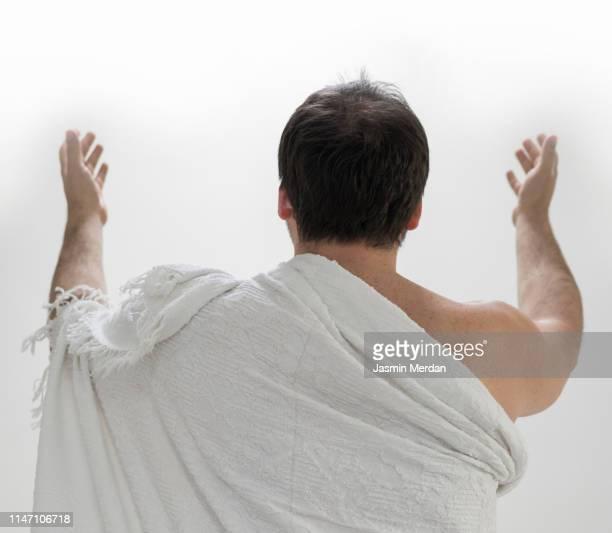 muslim male pilgrim praying - hajj photos et images de collection