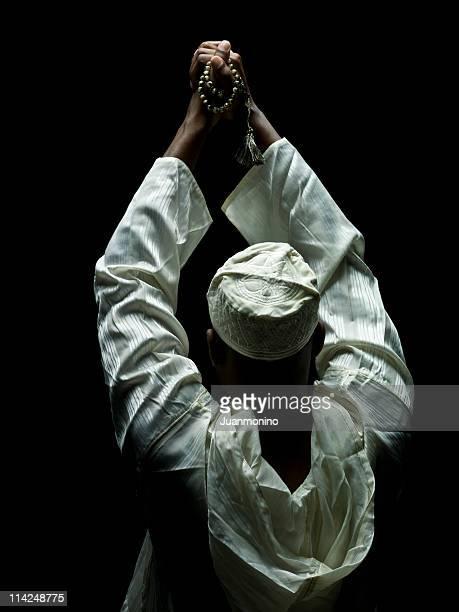 Homme tenant de perles de prière musulmane