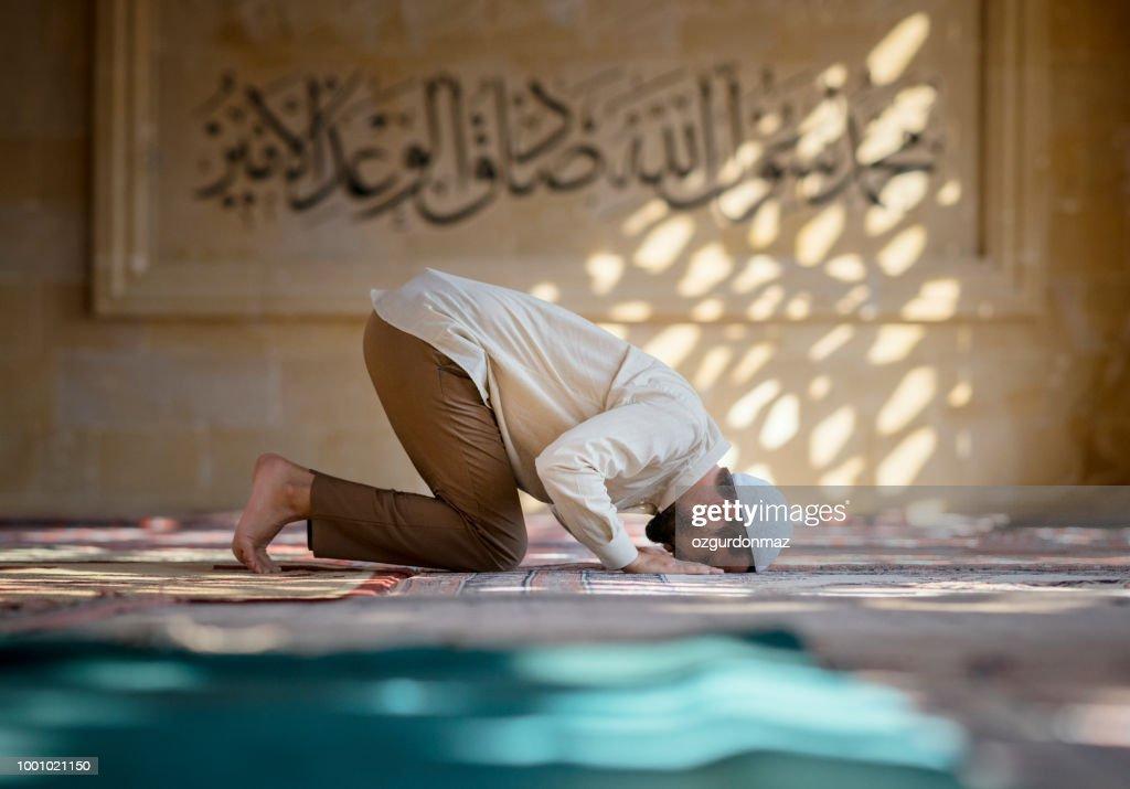 Islamitische man is bidden in moskee : Stockfoto