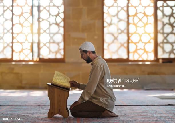 muslimischer mann ist in der moschee beten. - allah stock-fotos und bilder