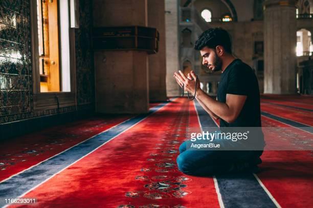 muslimischer mann betet in moschee - allah stock-fotos und bilder