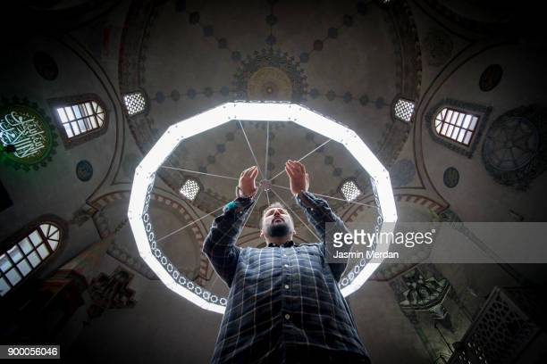 muslim man praying inside turkish mosque - jasmin lord stock-fotos und bilder
