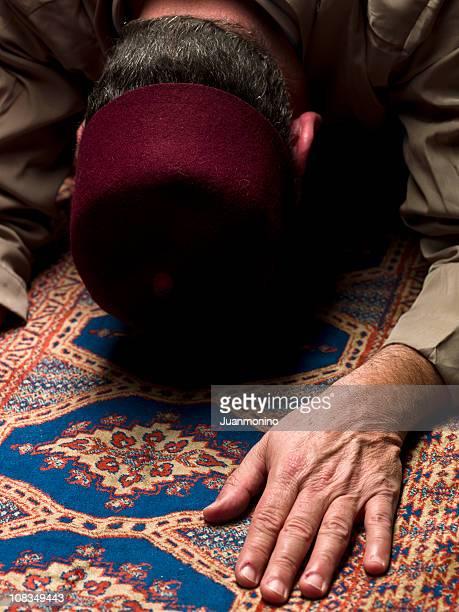 イスラム男性祈る - スカルキャップ ストックフォトと画像