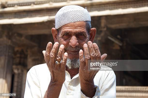 CONTENT] Muslim man praying