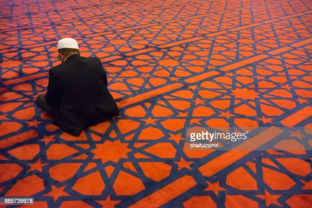 a muslim man recite al-quran  at blue mosque in amman city. - shaifulzamri 個照片及圖片檔