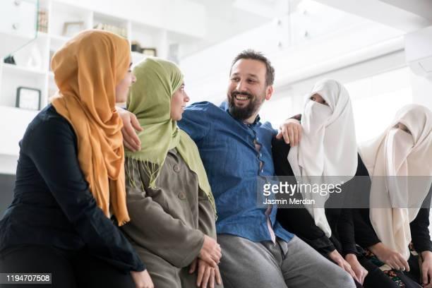 1 muslim man with 4 wives - 複婚 ストックフォトと画像