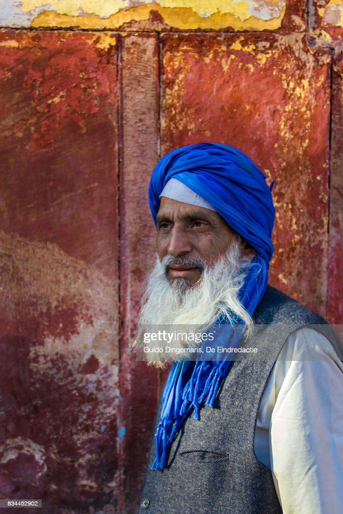 Muslim man with blue turban and white beard at the mosque, New Delhi, India : Stock Photo